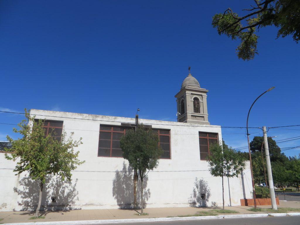 Iglesia de Victorica vista desde la vereda en Calle 15